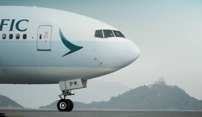 近日,国泰航空在旗下一架注册号为B-KPM的波音777-300ER上推出了全新的外观涂装。在香港国际机场远处山峰的映衬下,即将起飞的飞机显得格外壮观。资料显示,这架777客机机龄为6年。目前,国泰拥有70架777客机,包括53架777-300ER、12架777-300和5架777-200。作为波音777X系列的启动用户,国泰订购了21架777-9X。此外,国泰订购的A350-900将于明年初开始交付。