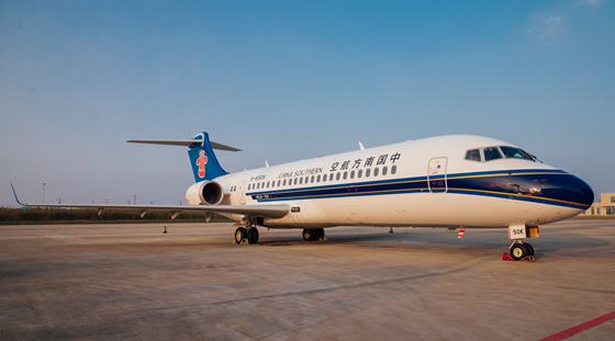 中国商飞向南航交付第三架ARJ21飞机