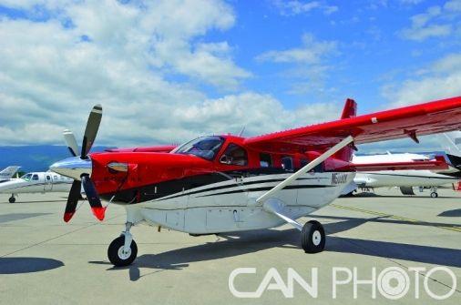 图1:赛斯纳奖状纬度(Cessna Citation Latitude)   美国制造商赛斯纳飞机公司又一次宣布提高其奖状纬度中型喷气公务机的性能:航程提高了150海里,达到2850海里;起飞滑跑距离减小了25米,达到1091米。奖状纬度于2014年2月首飞,目前已经完成了所有的飞行测试项目,将于今年内取得认证;首架量产的奖状纬度已于2015年1月下线。这架能够搭载9位乘客和2名机组成员、标价约为1500万美元的飞机于2014年10月在美国公务航空大会暨展览会(NBAA 2014)上首次亮相,此次大会