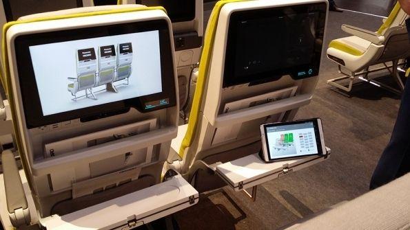 民航资源网2016年4月22日消息:据ATWOnline报道,飞机座椅制造商Recoro在汉堡飞机内饰博览会上展示了一款能够实时报告运营和维护数据的智能座椅。   这款座椅通过将运营状态数据传输到手持平板电脑上的方式联接了物联网。数据包括座椅在起飞和降落时是否处于正确的位置。当然,平板是给乘务员用的。   Recaro产品管理总监鲁博(Hans-Jurgen Reuber)表示,智能座椅还可报告每个小桌板和坐垫的使用次数。这意味着航空公司可以根据小桌板的实际使用次数和坐垫的实际使用时间进行更换,而不必