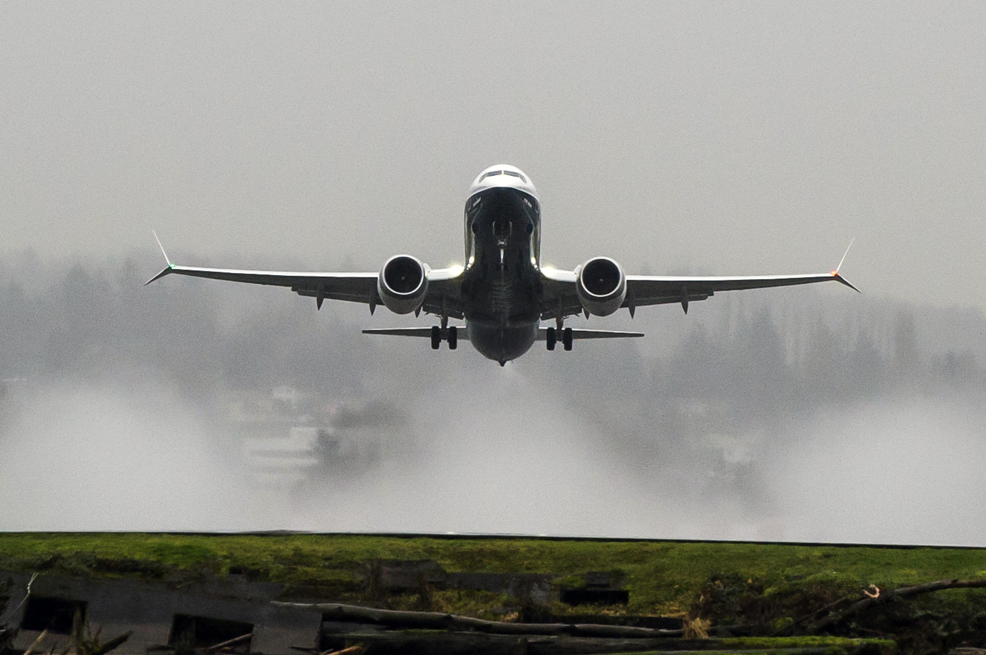 资料图:波音737 MAX 8。   美国联邦航空局已经认证波音737 MAX 8飞机用于商业运营。波音目前正在进行最后阶段的准备工作,将在未来几月进行737 MAX 8的首次客户交付。   为了让737 MAX 8获得认证,波音在过一年多的时间里用四架飞机进行了全面的试飞,以及大量地面和实验室测试。经过严格的认证过程,美国联邦航空局向波音公司授予了针对737 MAX 8的型号合格证修订证书,证明飞机设计符合所需的航空规章且安全而可靠。   737 MAX 8是737 MAX家族的第一个成员,是