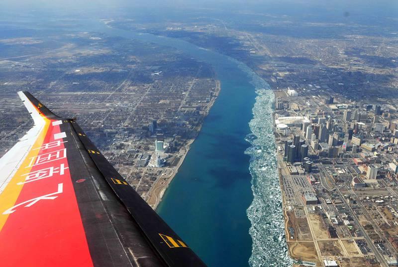 2014年4月,在北美开展自然结冰试验的ARJ21飞机翱翔在底特律河上空。