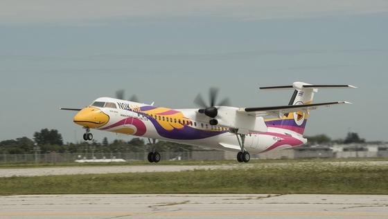 本届珠海航展上,一架喷绘卖萌小鸟卡通涂装的飞机非常可爱,它就是由庞巴迪带来参展的泰鸟航空(Nok Air)Q400NextGen增容布局涡桨飞机。Nok在泰文里是小鸟的意思,所以泰国低成本航空Nok Air的飞机也都被喷涂成小鸟的样子。除了机头的黄色鸟嘴和机尾的logo外,Nok Air每架飞机机身的涂装各有特色,目的是给乘客们带来各种惊喜。   Q400NextGen涡轮螺旋桨客机是Q400飞机的最新发展,是庞巴迪Dash8/Q系列飞机的先进换代产品。Q400NextGen飞机针对短距离航线进行