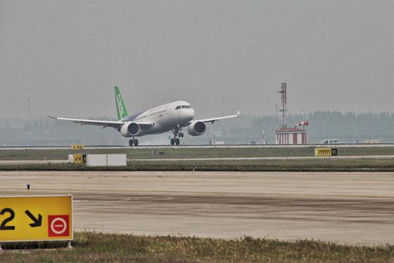 我国自主研制c919大型客机在上海圆满首飞